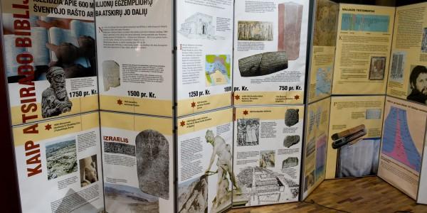 Stendas, kuriame aprašyta Biblijos istorija.